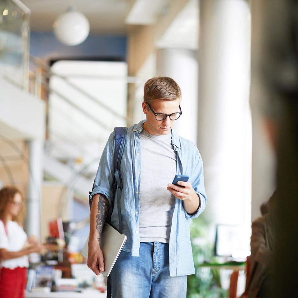 Homem segurando o celular